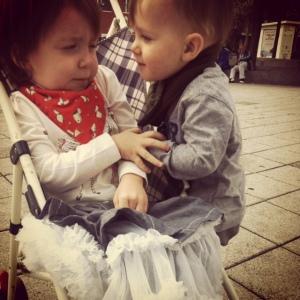 Mini Fée tente de repousser son frère, car elle sait que ses baisers seront trop collants.