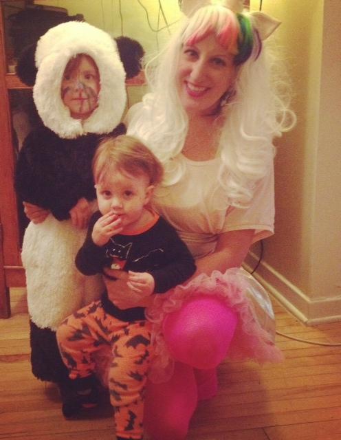 À l'Halloween, je protégé mes enfants des fils électroniques épeurants derrière nous.