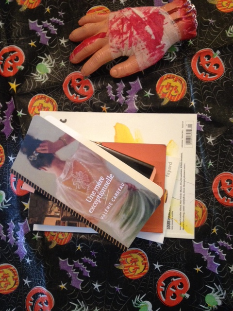 J'avais fait exprès de mettre le livre Une mère exceptionnelle de Valérie Carreau dans ma déco d'Halloween. Je voulais que mes invités soient troublés par mon côté humble.