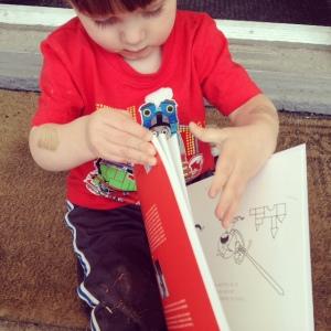 Mini Dragon a refusé pendant toute une journée de me prêter le livre, qui matchait trop bien avec son t-shirt de Thomas le train.