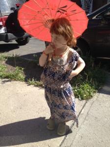 Robe oversize piquée à sa soeur qui me l'avait piquée à moi. Ombrelle du Quartier Chinois. Et air bête/blasé/ennuyé.